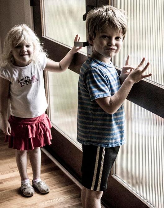 Kids at the front door_9917.lr